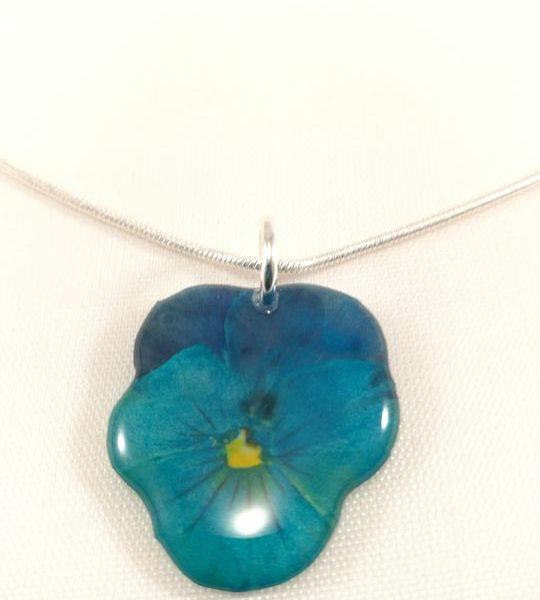 collier-avec-petit-pendentif-de-veritable-pensee-bleu-turquoise
