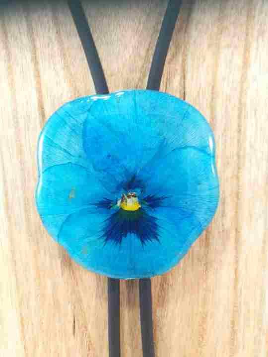 collier-cravate-dune-veritable-pensee-turquoise-xl