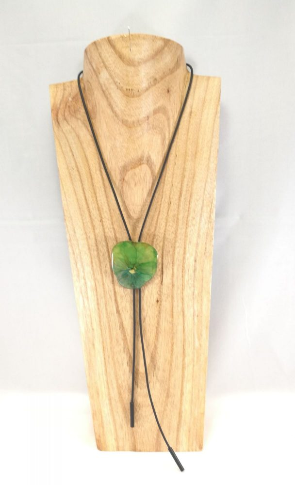 collier-cravate-dune-veritable-pensee-vert-pomme-m-1-les-creations-de-marion
