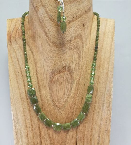collier-en-peridot-et-jade-1-les creations-de-marion