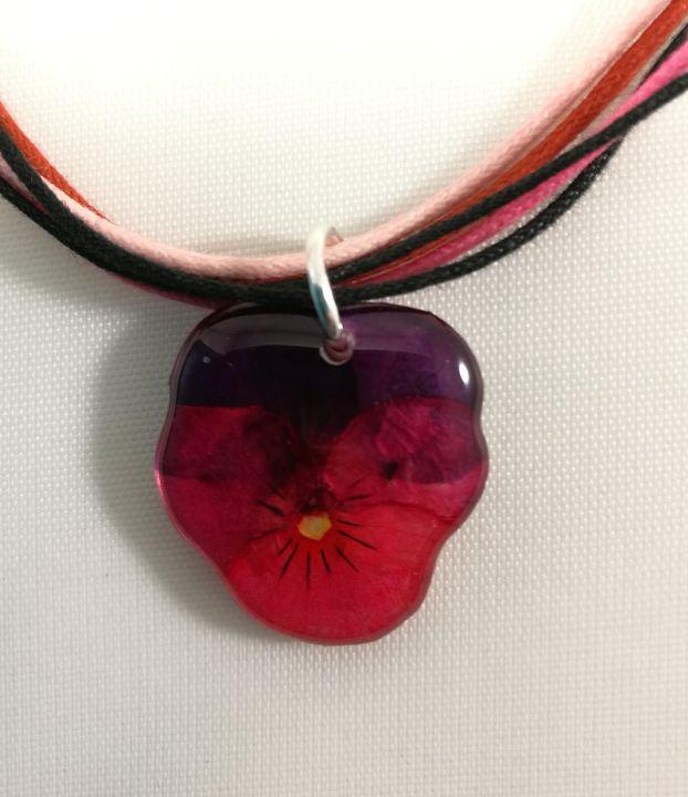 veritable-pensee-fuchsia-noir-sur-tour-de-cou-multicolore