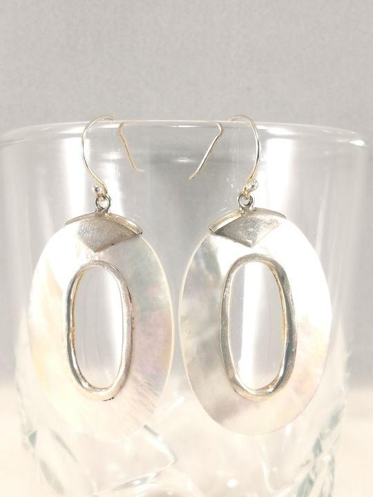 boucles-doreilles-en-nacre-blanche-et-argent-oval-creux