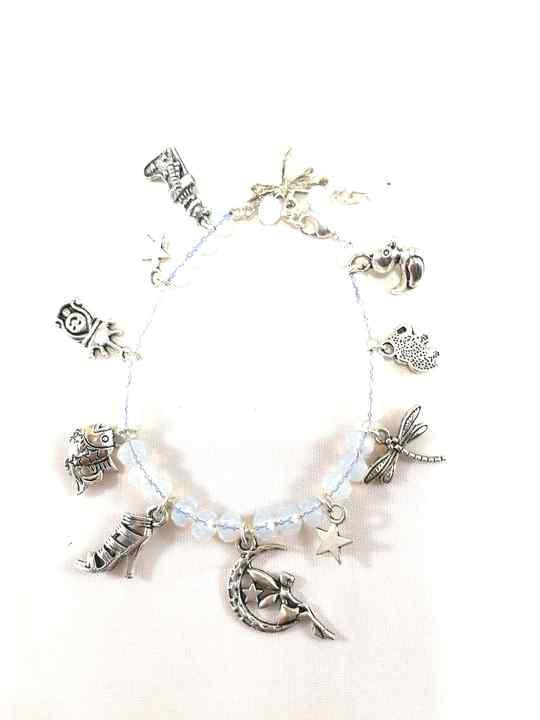 collier-blanc-en-opalite-a-breloques-brtm31