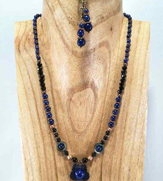 collier-bleu-en-lapis-lazuli-et-fleur-de-nacre-grise