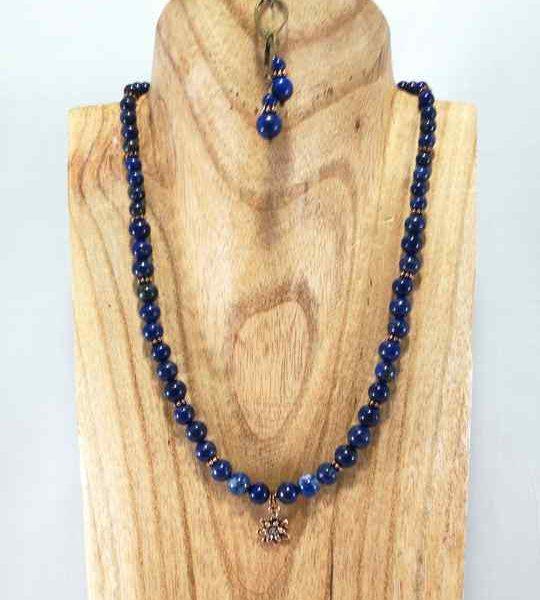 collier-bleu-en-lapis-lazuli-et-pendentif-fleur