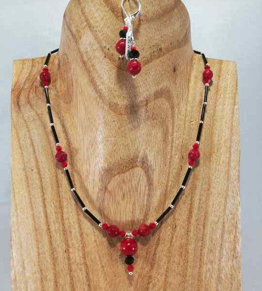 collier-fin-rougenoir-en-corail-et-rocailles