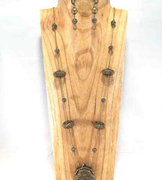 collier-baroque-en-bronze-antique-avec-une-amulette-bourse