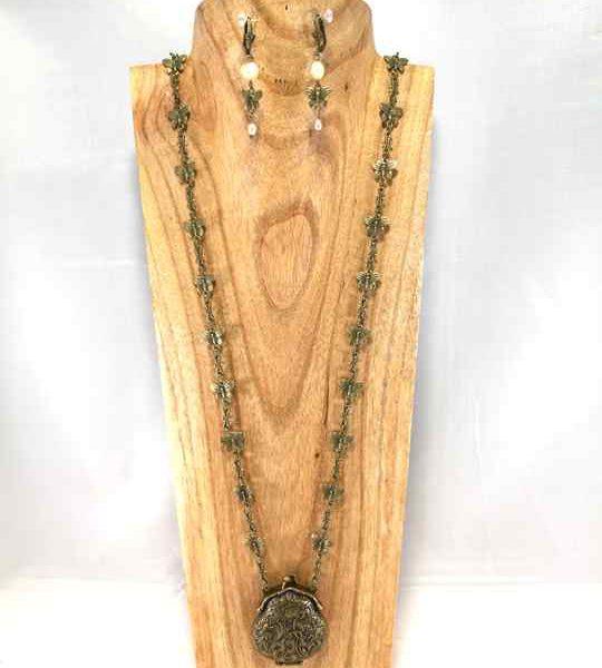 collier-baroque-papillon-en-bronze-vieilli-avec-une-amulette-bourse-les-creations-de-marion