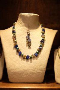 Préparation de mon stand de bijoux artisanaux pour le marché nocturne