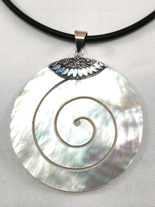 grand-pendentif-en-nacre-motif-spirale