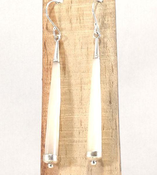 boucles-doreilles-en-nacre-blanche-et-argent-long-cone