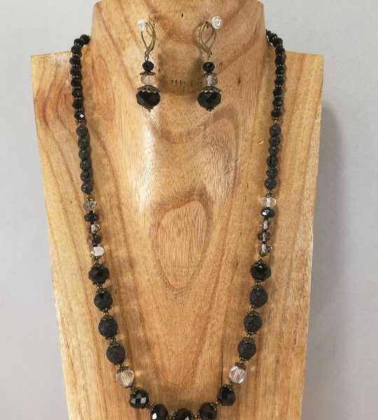 collier-noir-en-lave-quartz-rutil-et-cristal-de-boheme