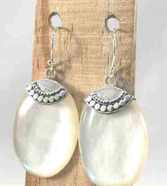 boucles-doreilles-en-nacre-blanche-et-argent-ovale