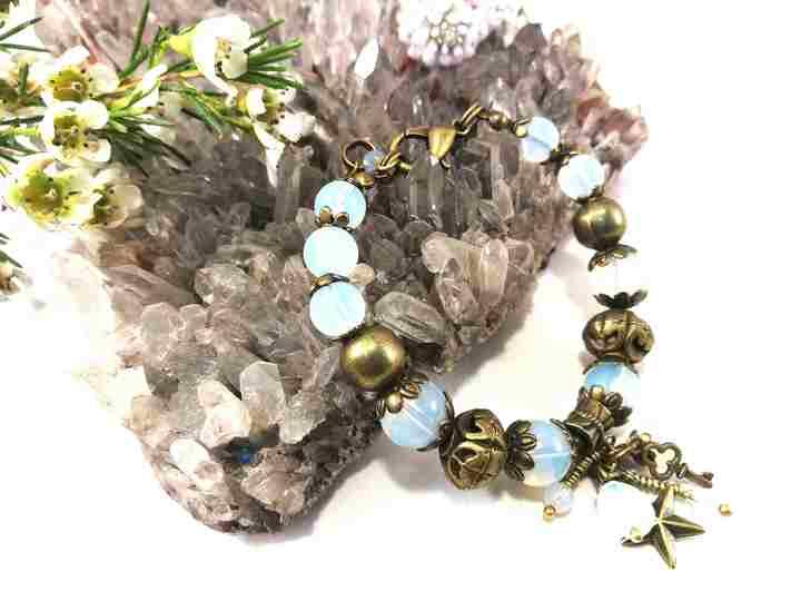bracelet-à-charmes-blanc-en-opalite