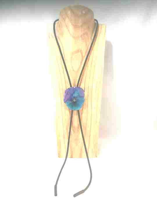 collier-cravate-dune-veritable-pensee-bleu-marine-et-turquoise-xl