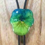 collier-cravate-dune-veritable-pensee-bleu-vert-pomme-s