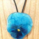 collier-cravate-dune-veritable-pensee-turquoise-contrastee-m