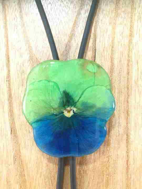 collier-cravate-dune-veritable-pensee-vert-bleu-marine-l