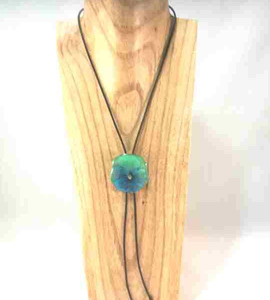 collier-cravate-dune-veritable-pensee-vert-et-bleu-pale-m