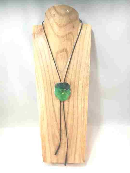 collier-cravate-dune-veritable-pensee-vert-olive-et-pomme-m