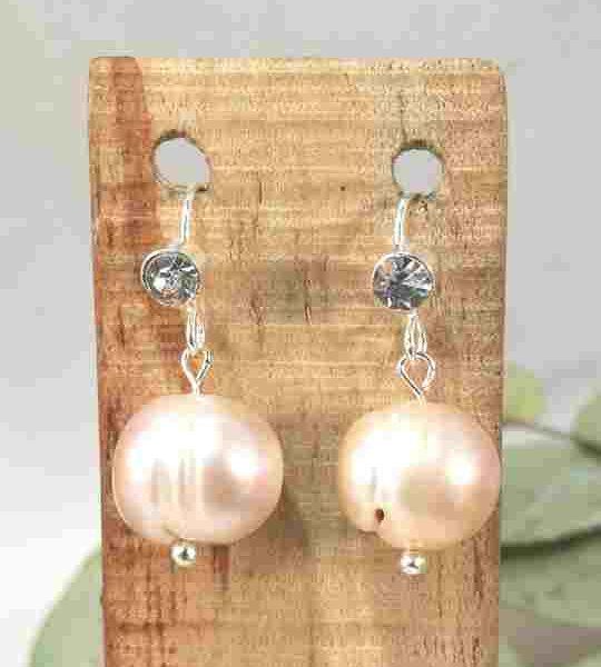 boucles-doreilles-courtes-en-perles-de-culture-et-strass-2